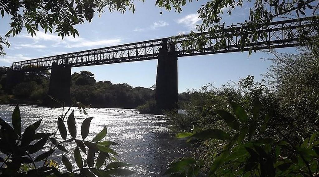 PONTE DE FERRO – RIO PIRATINI - Em 1900, construiu-se a primeira ponte sobre o rio Piratini, que ligava São Luiz - São Borja. A construção foi em madeira. No entanto, com a grande enchente de 1905, a enxurrada levou a ponte água abaixo. Num esforço do Sen