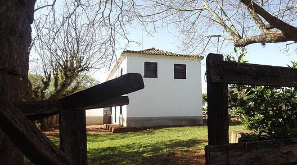 ESTÂNCIA JESUITICA DO SOBRADO - Construído em 1840, por João da Costa Furtado, é um prédio de dois pisos e assim chamado de sobrado. Conta a história que neste mesmo local existia uma morada muito antiga, que pode ter sido um posto jesuítico ou um aldeame
