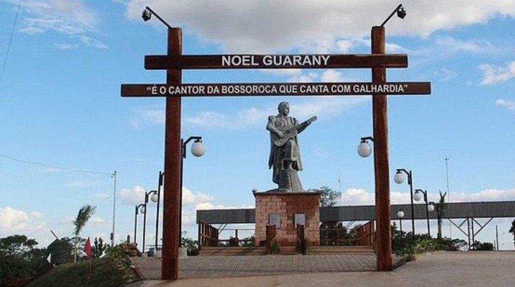 ESTÁTUA DE NOEL GUARANY - Monumento ao missioneiro Noel Fabrício da Silva (Noel Guarany) em razão de seu trabalho musical e por ser alguém que adotou a Buena Terra, levando aos quatro cantos do Rio Grande, o atavismo da Bossoroca. O trabalho é do escultor