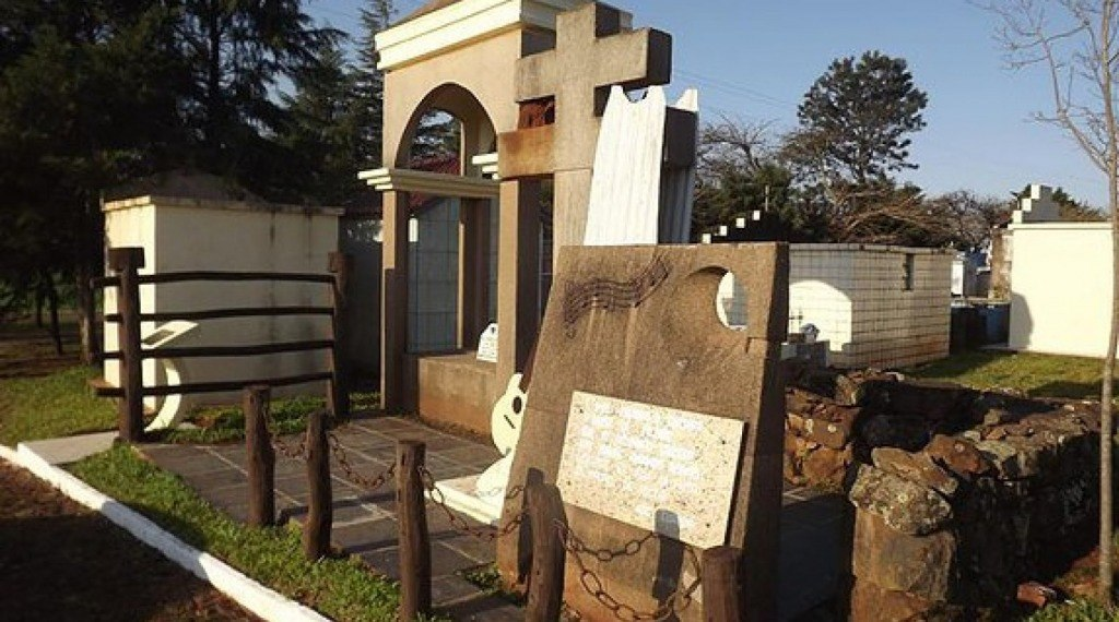 MAUSOLÉU NOEL GUARANY - Local onde está sepultado o missioneiro Noel Fabrício da Silva - Noel Guarany, o Cantor da Bossoroca.