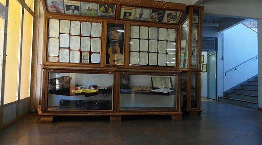 ACERVO DE NOEL GUARANY - Este acervo, localizado no espaço de entrada da Prefeitura Municipal, guarda um importante conjunto de objetos deste artista missioneiro, constituído por roupas, instrumentos musicais (violão e gaita), rascunhos de letras, discos